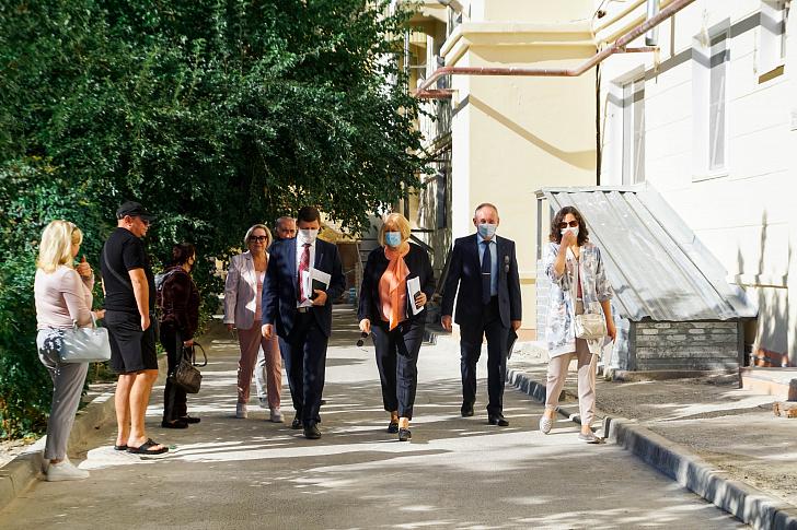 Областные законодатели проинспектировали реализацию программы капремонта в Ворошиловском районе Волгограда