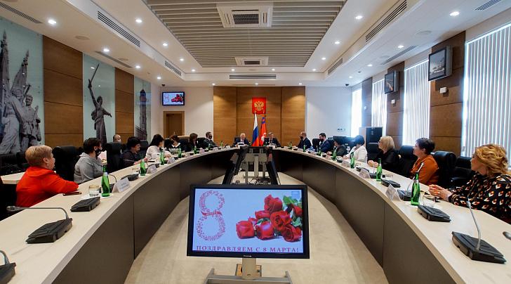 В регпарламенте поздравили женщин, возглавляющих городские и районные Думы