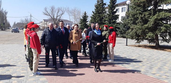 В День космонавтики депутаты фракции КПРФ Волгоградской облдумы посетили Николаевский район